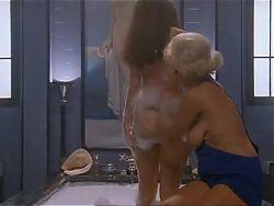 4.Debora Caprioglio paprika scene savonnage bain