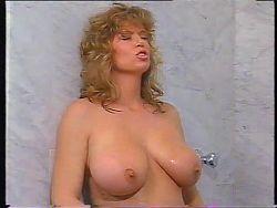 Tracey Adams sous la douche